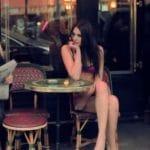 Un modèle lingerie dans les rues de Paris pour une opération de street marketing